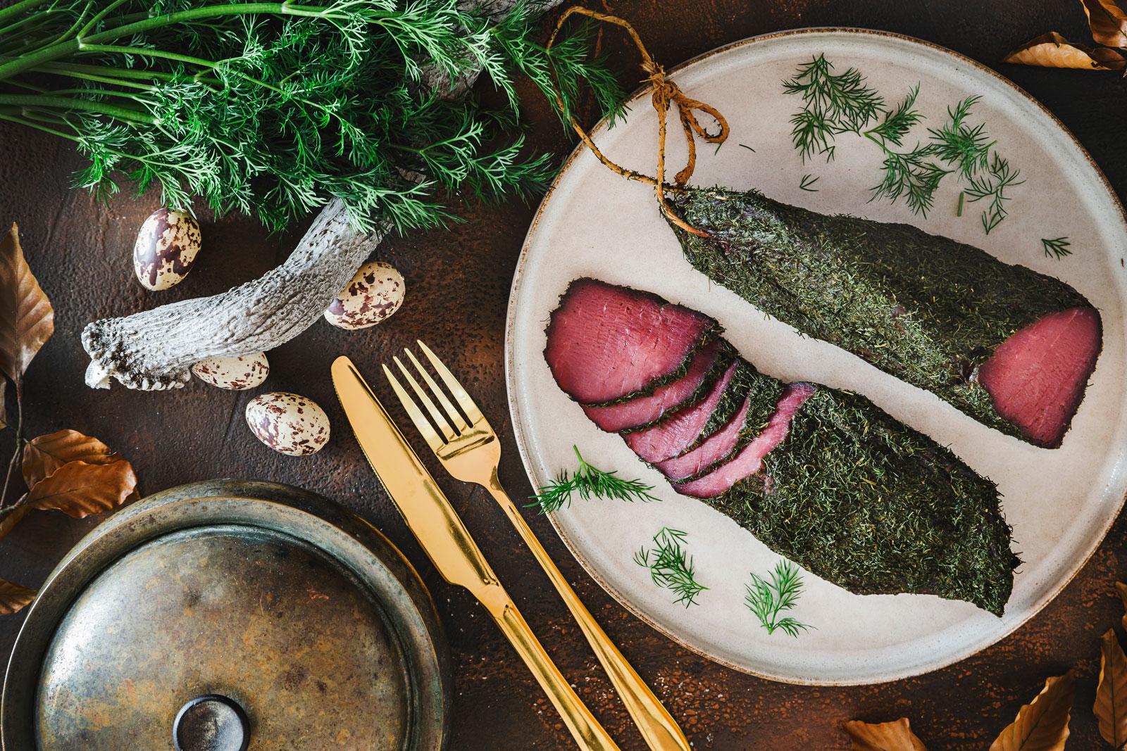 Szynka-z-jelenia-w-koperku-wykwintne-wędliny-fotografia-kulinarna